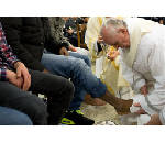 Pope washes feet of young detainees in ritual