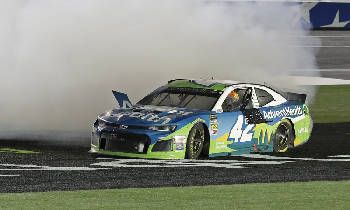 Kyle Larson earns first NASCAR All-Star victory with push